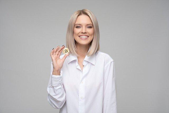 blondýna s bitcoinem.jpg