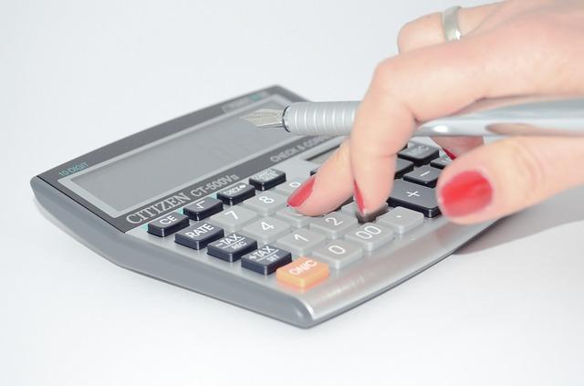 ruka s perem na kalkulačce.jpg