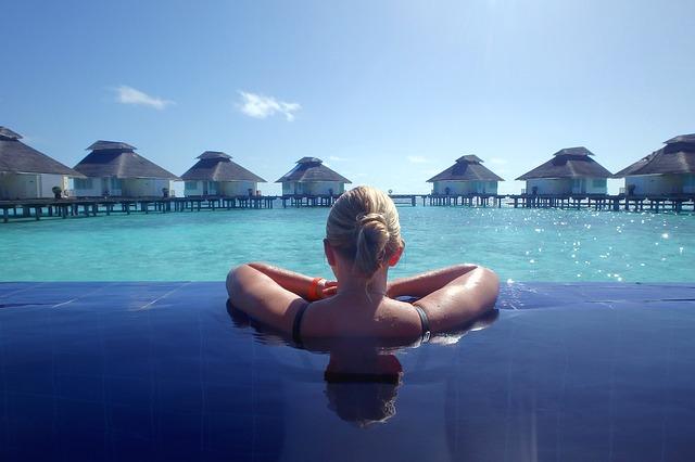 pohled z bazénu na moře