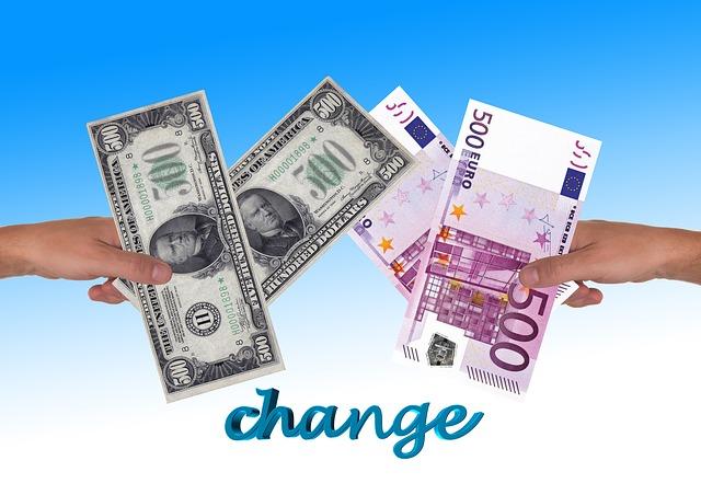 půjčka, bankovky v ruce